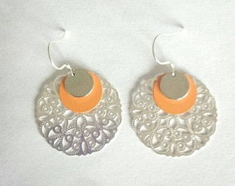 Dangling earrings with print and sequins