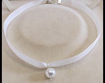 Satin neck and glass bead-