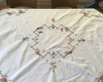 Tablecloth: antique handmade linen table cloth with so-called spinning stitch. Vintage Tablecloth Nappe ancien