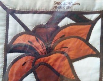 Vitrail à courtepointe patron Saskatchewan Prairie Lily par les Patrons de l'artisanat Hearthside