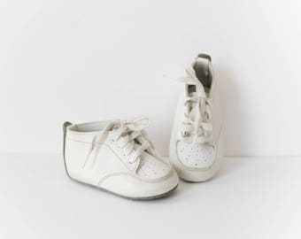 Vintage White Leather Baby Shoes // Baby Boy or Girl Leather Walking Shoes // Size 3