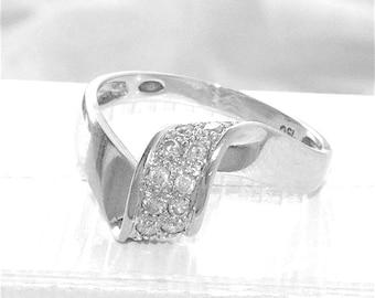 18K Gold / lovely 18 k - 750/1000 white gold diamond ring