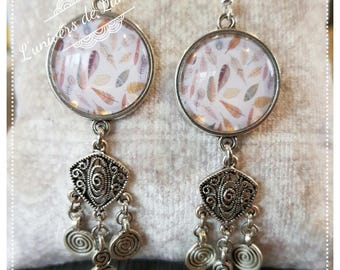 Earrings with cabochon charm and feathers