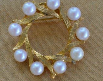 "Faux Pearl Leaf Circle Brooch, Gold tone, Vintage, ""Dubarry"" (AE7)"