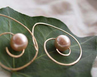 Oval Spiral Hoop Earrings with Pearl, Gold filled Spiral Hoop with Extra Large Pink Pearl, Peach pearl chandelier earrings