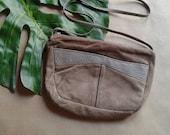 vente storewide wipeout Taupe Suede bandoulière   90 s vintage Croix corps sangle ergonomique petit slim clair brun nouvelle vague petit sac à main sac