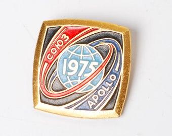 Vintage metal badge pin, Soyuz-Apollon 1975, USSR and USA space program.