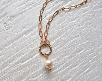 Rose gold necklace with pearl and hammered circle