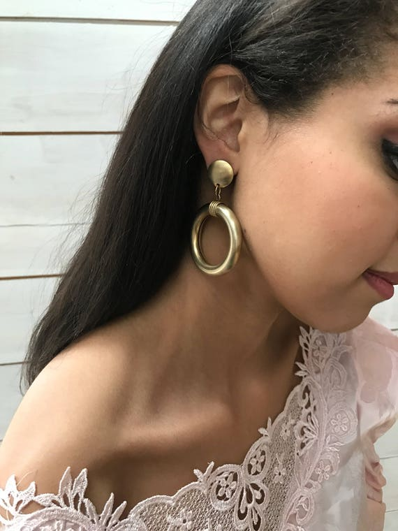 90s gold hoops dangle drop earring / DOORKNOCKERS / modernist earrings / gold tone