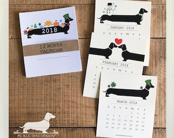 Holiday Doxie. 2018 Desktop Calendar -- (Vintage-Style, Dog, Dachshund, Wiener Dog, Monthly Calendar, Rustic, Cute, Christmas Gift Under 15)