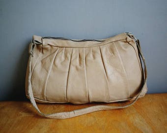 70s beige tan leather handbag // 1970s leahter hobo purse // cappachino leather shouder bag // slouchy boho leather bag // hippie bag