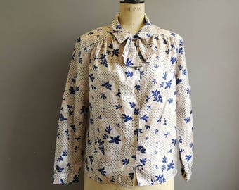 80s vintage blouse / beige and navy blouse with an attachable pussy bow / oriental style pattern / loose fitting blouse / secretary blouse