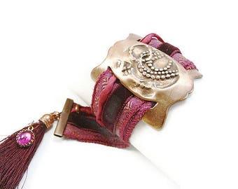 Bracelet large en cuivre texturé patiné et ruban indien rose, velours et pompon pourpre