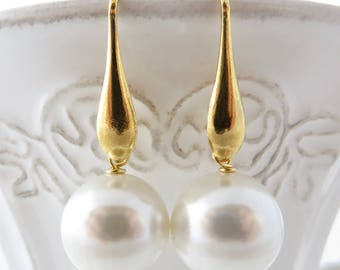 White pearl earrings, bridal earrings, bridesmaid earrings, gold plated 925 sterling silver earrings, drop earrings, everyday jewelry