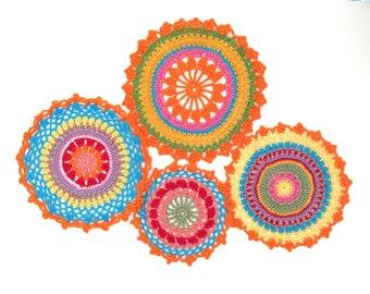Set di 4 Mandala a crochet, centrini multicolor, Mandala arcobaleno da usare in piano o da appendere. 100% puro cotone Made in Italy.
