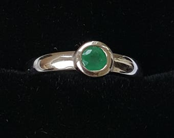 Emerald 18ct White Gold Single Stone Ring - Collet Set