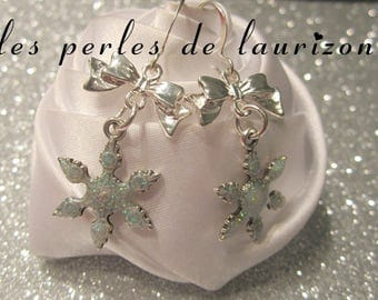 These earrings a snowflake glitter to celebrate Christmas