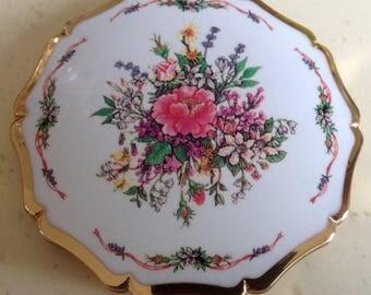 Stratton Vintage Princess style Powder Compact. White Enamel. Floral Bouquet.8cms. Diameter.