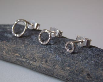 Hammered circle ear stud made of sterling silver