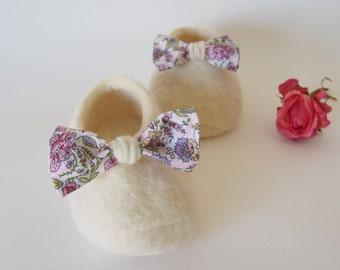 Shoes for baby - flower loop. Merino Wool slippers. Newborn felted merino babysleepers. Sheepskin. Baby booties.