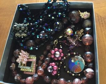 LOT of VINTAGE JEWELRY/necklaces/Brooches/rings/bracelet