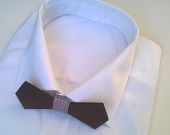 LE POETE. Nœud papillon en bois de noyer noir, revêtu d'un tissu aux motifs nœud papillon rouge sur fond blanc.