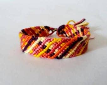 model: the small market Matchbox (friendship bracelet 12 threads)
