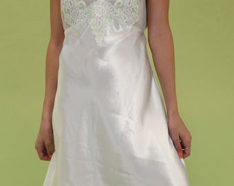 Beautiful vintage bright white slip with mesh & pastel floral embroidery throughout bodice SIZE M