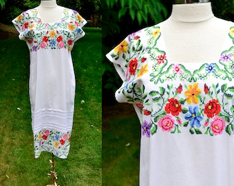 White Hand Embroidered Guatemala Dress / White Cotton Floral Dress / Boho 1960's or 1970's Vintage Dress / Embroidered Ethnic Dress