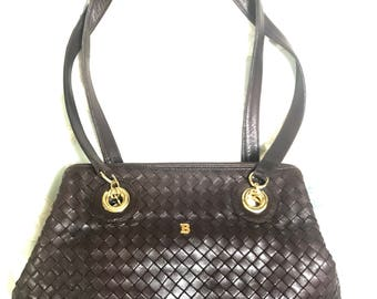 Vintage Bally dark brown lamb leather woven, intrecciato style shoulder bag with golden B logo motif. Classic purse.