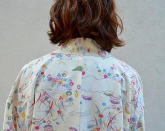Vintage cream kimono with pretty boho vibes - 70's style silk robe with pastel print