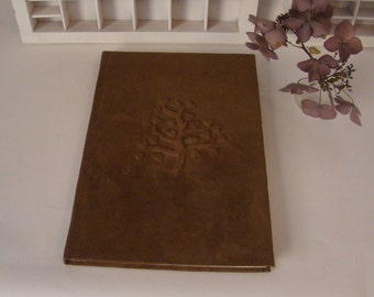 Bruin suède notitieboek hartjes boom - A4 hardcover - reliëf boom met hartjes - gastenboek - huwelijkscadeau - hardcover schrijfboek blanco