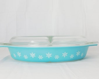 Pyrex Snowflake Turquoise Divided Dish with Clear Lid - 1956