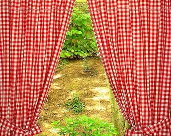 Curtain set with red and white checkered * embroidery *.
