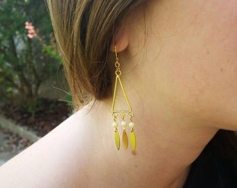 Earrings triangle, gold sequins and off-white beads