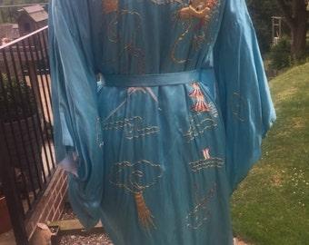 Vintage: Satin kimono with beautiful Oriental design.