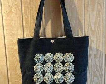 tote bag with recycled denim and yo-yos (flowers) pale blue background Ecru flowers