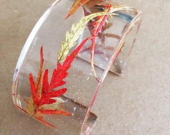 Bracelet manchette avec inclusion de feuilles rouges