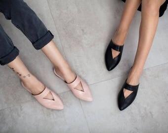Black mules, flat mules, women mules, women's shoes, black shoes, black clogs, handmade leather shoes by Burlinca. Lia model.