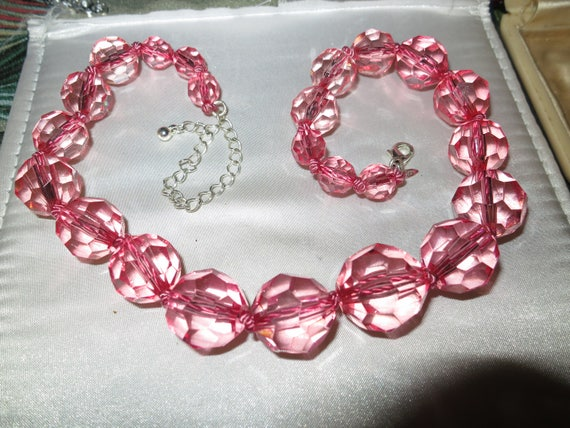 Lovely vintage faceted pink acrylic beaded necklace 19 inches