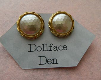 Vintage Button earrings round Gold tone & pearlesque