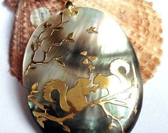 1 SQUIRREL AAA 45 X 35 X 3 MM ABALONE SHELL PENDANT.
