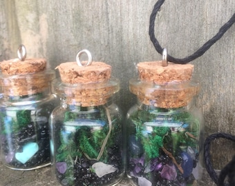 Terrarium pendant with crystals