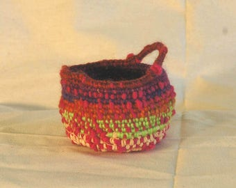 Knobbly basket with handle