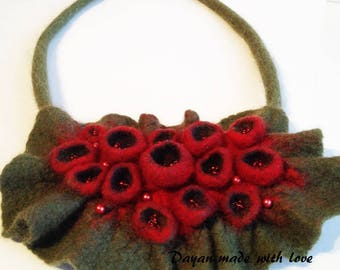 Wool necklace red buds