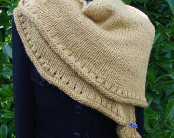 Beige-coloured triangle cloth made of alpaca wool with jewelry brooch
