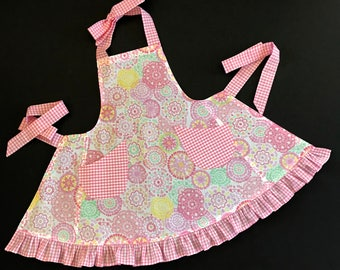 Girl's Apron, Pink Print Apron, Little Girls Apron, Apron with Ruffle, Toddler's Apron with Pockets, Child's Apron, Pink & White Apron