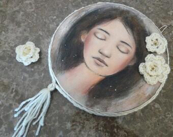"""Pour les romantiques / Peinture ronde , portrait jeune fille endormie, broche fleurs au crochet écru, avec ornements, """"Rêve"""",  féminin"""