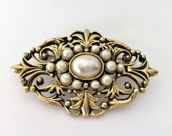 Fancy brooch, gilding and false pearls, in very good condition mid century