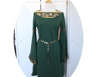 Robe verte trapeze esprit medieval,robe verte a manches longues,robe courte vert sapin forme trapeze,robe medievale en maille vert fonce